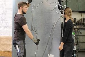 """<div class=""""bildtext"""">Die Marienfigur ist in Arbeit genommen. Im September hat metallbau über die Metallgestalterin Jasmin Sauer (r.) berichtet — Siegerin des Bundeswettbewerbs.</div>"""