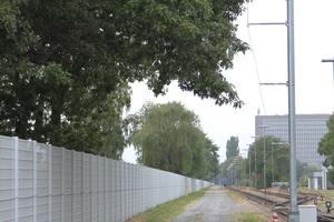 """<div class=""""bildtext"""">Etwa alle 300 Meter steht am Werkszaun ein Mast ausgestattet mit jeweils einer Tag-/Nachtkamera (Bosch) und einer Thermalkamera (Flir).</div>"""