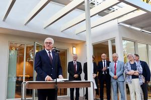 """<div class=""""bildtext"""">Bundespräsident Frank-Walter Steinmeier eröffnete im Jahr 2018 das fortan als Stipendiatenresidenz genutzte """"Thomas Mann House"""".</div>"""