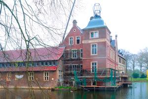 """<div class=""""bildtext"""">Das Wasserschloss Senden bei Münster hat dieses Jahr im Rahmen der denkmalgerechten Restaurierung eine neue Turmspitze erhalten.</div>"""
