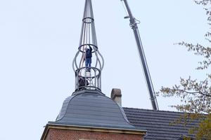 """<div class=""""bildtext"""">Auf diesem Bild werden die beiden Turmsegemente montiert, es fehlt noch die Wetterfahne.</div>"""