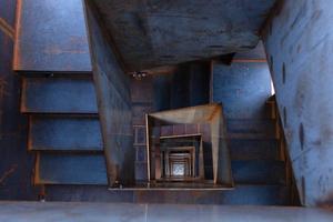 """<div class=""""bildtext"""">Die Treppe ist, wie die Außenhaut, aus unbehandeltem Baustahl gefertigt.</div>"""