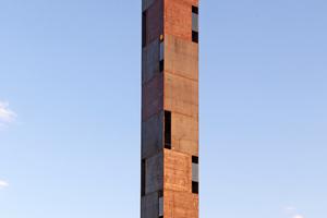 """<div class=""""bildtext"""">Die 32,4 Meter hohe Stahlskulptur steht am Rand eines Kiesabbaugebiets im oberbayerischen Reithofen.</div>"""