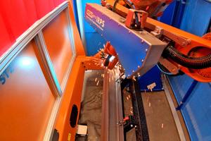 Der IRPS Laser (sichtbar am roten Strich) scannt das Bauteil mit seiner Lage und erzeugt daraus eine Punktewolke für ein 3D-Modell.