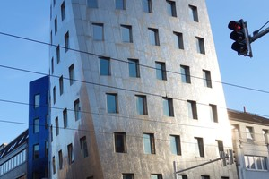 "<div class=""bildtext"">Der Gehry Tower in Hannover besteht aus 2.800 handgeschliffenen Edelstahlblechen.</div>"