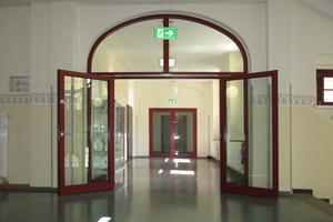 """<div class=""""bildtext"""">Anspruchsvoll: Eine Brandschutztüre mit einem Rundbogen-Oberlicht.</div>"""