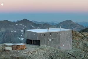"""<div class=""""bildtext"""">Drei Fassadenseiten und das Dach der Tracuit-Hütte in den Walliser Alpen ziert eine Edelstahlfassade.</div>"""