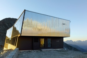 """<div class=""""bildtext"""">Die metallische Haut der Tracuit-Hütte reflektiert Licht und Landschaft, die Farbe nimmt dem Bau seine Dominanz.</div>"""