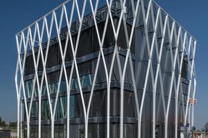 """<div class=""""bildtext"""">Für das BIZZZ in Offenburg entwickelte Freyler ein parametrisches Fassadengeflecht aus Alu. Die Architekten bezogen sich mit der Konstruktion auf die Bauweise der Gebäude in Nachbarschaft aus den 1950er und 60er Jahren.</div>"""