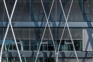 """<div class=""""bildtext"""">Die filigrane Struktur hängt mit ihrer gesamten Gewichtslast jeweils an der obersten Deckenkante – gehalten von massiven Stahlträgern.</div>"""