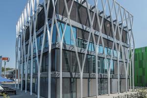 """<div class=""""bildtext"""">... aus Aluminium. Die Architekten bezogen sich mit der Konstruktion auf die Bauweise der Gebäude in direkter Nachbarschaft aus den 1950er und 60er Jahren.</div>"""