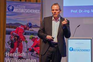 Dr. Marco Einhaus referiert über aktuelle Anforderungen zugunsten von Absturzsicherheit.<br />