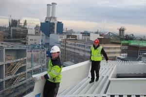 Die Monteure arbeiten geschützt, das Dach ist vorschriftsmäßig gegen Absturz gesichert.<br />