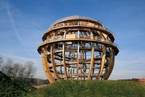 Die begehbare Kugel ist eine Hybridkonstruktion aus 627 Kubikmetern Holz und rund 200 Tonnen Stahl.