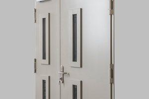 """<div class=""""bildtext"""">Diese zweiflügelige Tür ist feuerfest, rauchdicht und schalldämmend bis zu 60dB.</div>"""