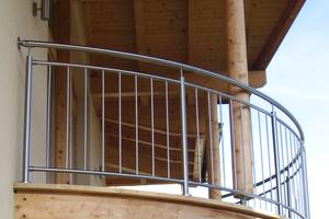 Balkonverkleidungen aus Edelstahl mit vertikal montierten Füllstäben garantieren einen freien Ausblcik auf die Landschaft.<br />
