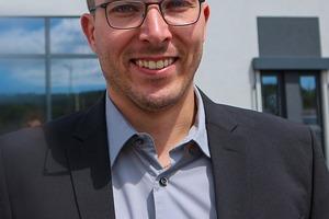 Geschäftsführer Max Seitz hat sich eineinhalb Jahren über Schneidanlagen informiert, bevor er die Kompaktanlage von MicroStep angeschafft hat.<br />