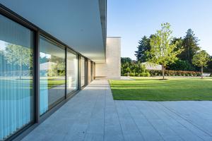 Variable Transparenz auf 11 m Breite. Der auskragende Balkon und innen liegende Vorhänge sorgen für den Sonnenschutz.<br />