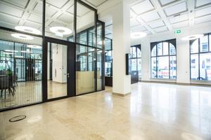 """<div class=""""bildtext"""">Zugunsten größtmöglicher Durchlässigkeit: Die räumliche Trennung der Funktionen erfolgt über Stahl-Glas-Trennwände mit ebensolchen Türen. </div>"""