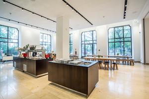 """<div class=""""bildtext"""">Das Börsencafé im IHK-Stammhaus an der Max-Joseph-Straße ist öffentlich und hat wochentags von 11.30-13.30 Uhr geöffnet.</div>"""