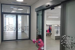 """<div class=""""bildtext"""">Die Brandschutzschiebetür rechts im Bild wurde mit Stahlrahmenprofilen von forster als Einzelanfertigung durch die Firma Allmetall hergestellt.</div>"""