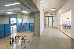 """<div class=""""bildtext"""">Vom Obergeschoss bieten geschosshohe Fenster Einblick in die Turnhalle. Sie werden von filigranen forster-fuego-light-Profilen gehalten.</div>"""