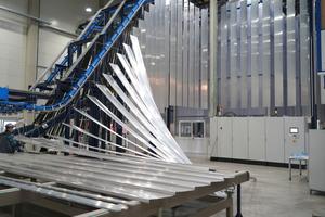"""<div class=""""bildtext"""">Bis zu 70 Farbwechsel werden täglich vorgenommen. Mit der Vertikal-Pulverbeschichtungsanlage macht Gutmann das Volumengeschäft.</div>"""