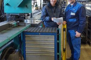"""<div class=""""bildtext"""">Firmenchef Thomas Schleicher (l.) bespricht sich mit Metallbauer Stefan Melzener an der Kreissäge KKS 400 H.</div>"""