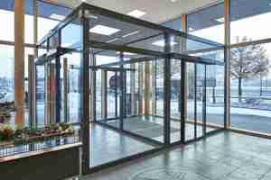 Das Design des ECdrive T2 mit einer Haubenhöhe von 100 mm gestaltet die Eingangstüre des Discounters filigran.<br />