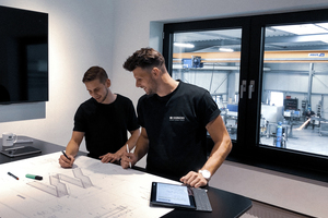 """<div class=""""bildtext"""">Juniorchef Christian Schumacher (r.) rüstet den Betrieb seinen Vaters digital um. """"Diese Investition ist für uns sehr rentabel!""""</div>"""