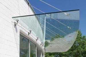 """<div class=""""bildtext"""">Punkthaltesysteme sind beliebt zur Befestigung von Glasvordächern.</div>"""