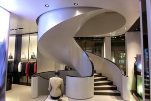 """<div class=""""bildtext"""">Diese Treppe hat MetallArt für ein Armani Kaufhaus in Wien über mehrere Stockwerke umgesetzt.</div>"""