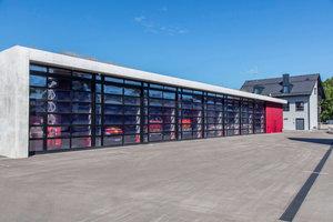 Normkonform und auf dem aktuellen technischen Stand: Verglaste, thermisch getrennte und hoch isolierte Sektionaltore am östlichen Baukörper.