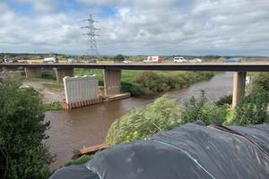 Die Carrington Bridge wird auf die Stützen aufgesetzt, die bereits im Fluss Severn installiert sind.<br />