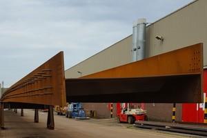Die Tragkonstruktion für die Stahlbetondecke besteht aus zwei Stahlträgerpaaren mit Stahlverstrebungen.