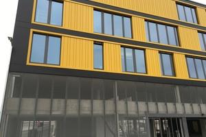 """<div class=""""bildtext"""">Ärztehaus Karlsruhe: HPL-Trespa Fassade in Rock auf Alu-UK (BWM) geklebte Befestigung, Alu-Streckmetall auf BWM UK Sonderkonstruktion geschosshoch gespannt.</div>"""