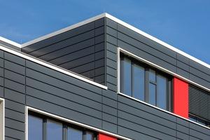 """<div class=""""bildtext"""">Das Tragwerk besteht aus der Vollmontage von Stahlbeton-Fertigteilen, die Fassade aus einer VHF mit Metallverkleidung.</div>"""