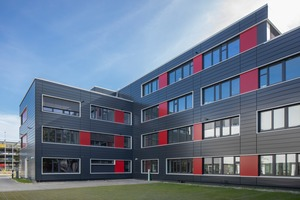 """<div class=""""bildtext"""">Ein Büroanbau mit VHF für RaKaTec Entwicklung und Service in Berlin. </div>"""