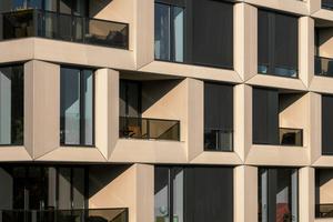 """<div class=""""bildtext"""">Die VHF-Fassade wirkt für Fenster und Balkone wie ein Rahmen.</div>"""