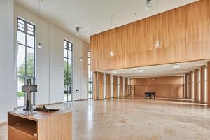 Zu hohen kirchlichen Festen kann der Altarraum um den Gemeindesaal erweitert werden.<br />