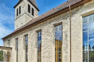 Die Johanneskirche wurde in den 1950er-Jahren erbaut, die ursprünglich 2,50 m hohen Fenster messen nun fast 8 m.