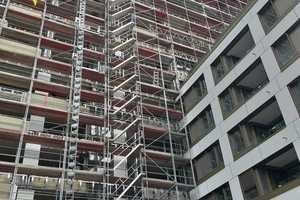 """<div class=""""bildtext"""">Die Montage-Arbeiten von Haga Metallbau auf einer Großbaustelle in Frankfurt verliefen planmäßig trotz überraschender Herausforderungen durch die Corona-Maßnahmen.</div>"""