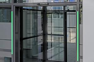 """<div class=""""bildtext"""">Der Geze-Counter steuert in Geschäften mit 800m² den Personenfluss automatisch.</div>"""