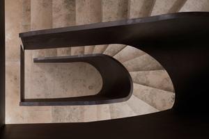 """<div class=""""bildtext"""">Um die Form der Helix klar darstellen zu können, sollte das Geländer der Treppe geschlossen sein. </div>"""