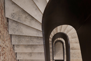 """<div class=""""bildtext"""">Die Vogelperspektive auf die Treppe macht die Form der Helix sichtbar.</div>"""