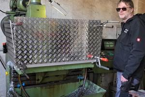 """<div class=""""bildtext"""">Metallbaumeister Fritz Graßl beschäftigt sechs Mitarbeiter und erwirtschaftet einen Jahresumsatz von ca. 900.000 Euro.</div>"""