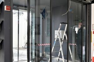 """<div class=""""bildtext"""">Für den Einbau der äußeren und inneren Türe brauchen zwei Metallbauer einen Tag lang.</div>"""