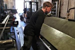 """<div class=""""bildtext"""">In der Werkstatt von Graßl wird noch mit einer manuellen Abkantmaschine gearbeitet, auch die Sägemaschine (l.) ist nicht automatisiert.</div>"""