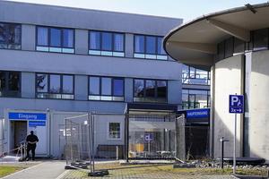 """<div class=""""bildtext"""">Das Klinikum Traunstein startet mit dem Einbau der Automatikschiebetüren am Haupteingang einen Testlauf für den Anschluss aller automatischen Türen an die Gebäudeleittechnik.</div>"""