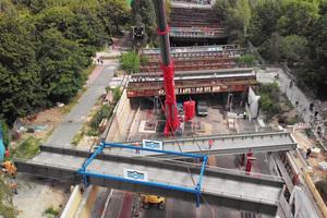 """<div class=""""bildtext"""">Drohnenaufnahme vom Platzieren einer sanierten Brücke in der Berliner Yorckstraße. </div>"""